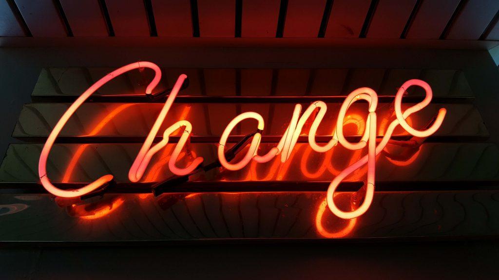 változtass